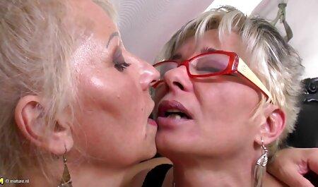 chica mayor con gafas se pone faking tv porno pegajosa